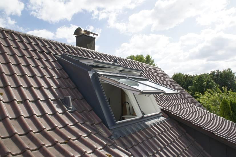 Ein geöffnetes Dachfenster mit zwei Panoramafenster Außenansichten