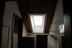 Frontaler Blickwinkel bei einem Dachfenster in einem Badezimmer von innen