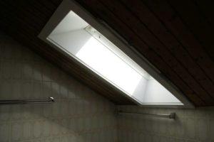 Schräger Blickwinkel bei einem Dachfenster in einem Badezimmer von innen