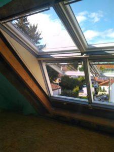 Geschlossenes Dachfenster Innenansicht aus einem Zimmer