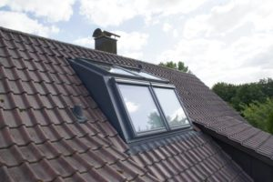 Ein geschlossenes Dachfenster mit zwei Panoramafenster Außenansichten