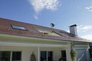 Schräges Bild von einem Loch im Dach vor der Arbeit vom Schwind Team