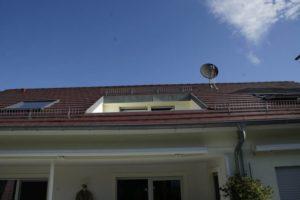 Frontales Bild von einem Loch im Dach vor der Arbeit vom Schwind Team